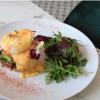 Яйця Бенедикт з голландським соусом і смаженим беконом Feeling Happy