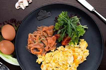 Скрэмбл с лососем  SAFFRON