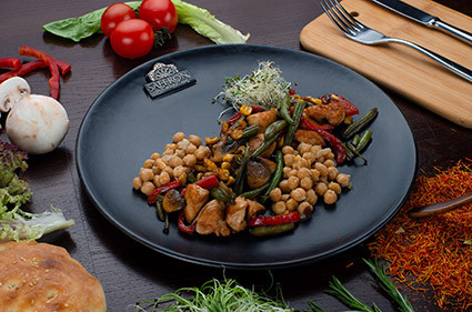 Теплый салат с курицей и стручковой фасолью SAFFRON